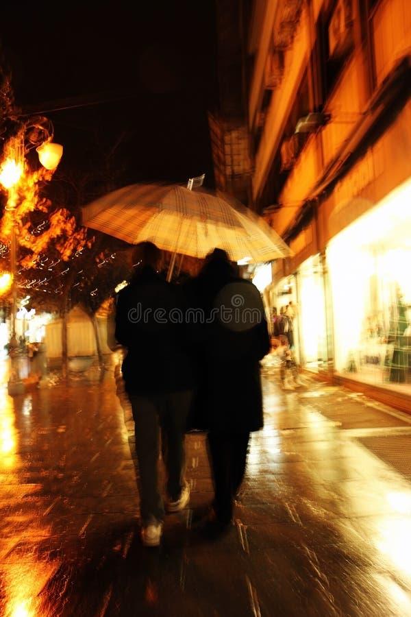 Pares bajo un paraguas foto de archivo libre de regalías