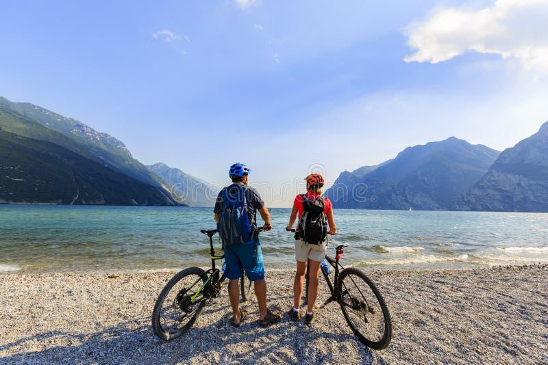 Pares biking de la montaña en el lago Garda fotografía de archivo