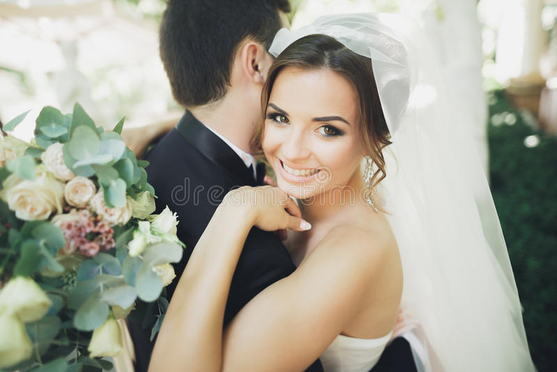 Pares bonitos à moda dos recém-casados felizes em seu dia do casamento, fim acima do retrato imagens de stock