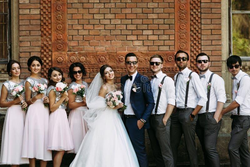 Pares bonitos com os amigos no dia do casamento fotografia de stock royalty free