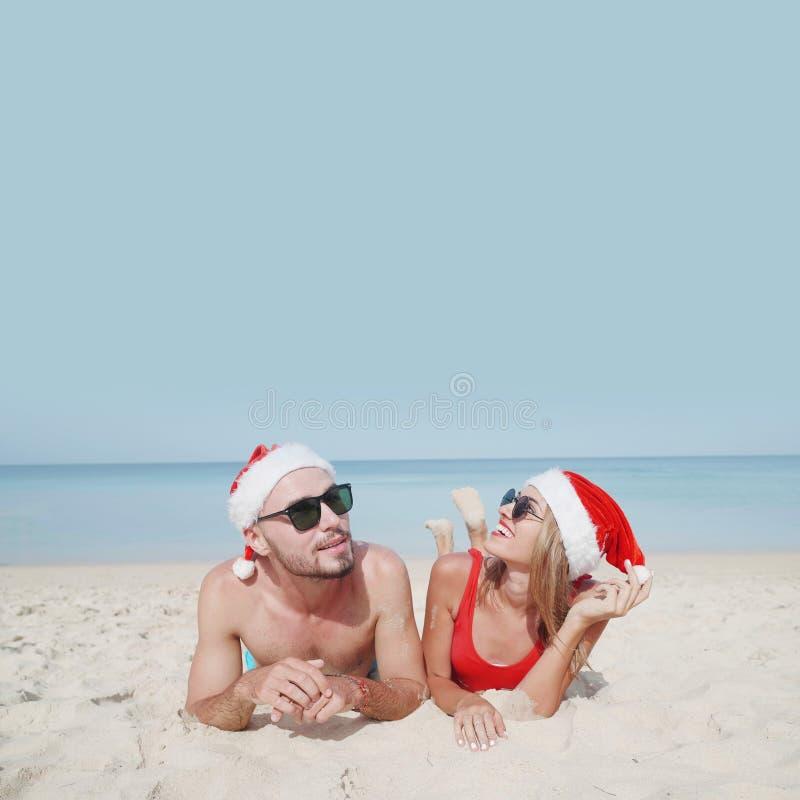 Pares bonitos da praia do Natal fotografia de stock royalty free
