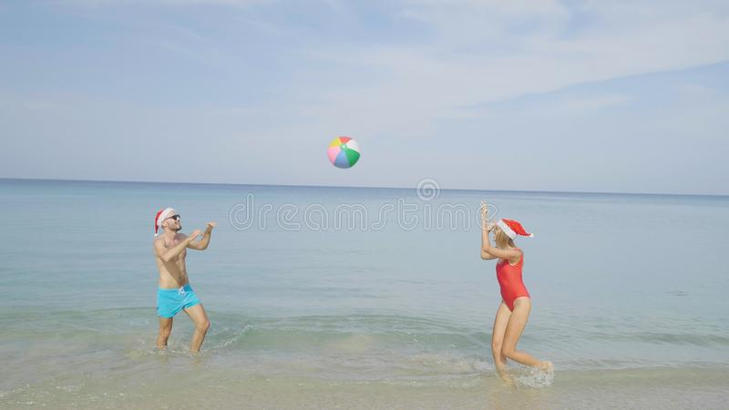 Pares bonitos da praia do Natal foto de stock royalty free