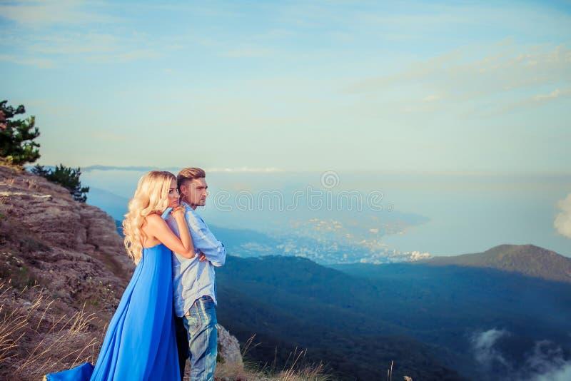 Pares bonitos de recém-casado que abraçam no dia do casamento no penhasco com vista para o mar Noiva à moda e olhar elegante do n imagens de stock