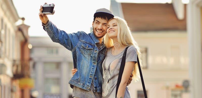 Pares bonitos de surpresa que tomam fotos do selfie junto fotografia de stock royalty free