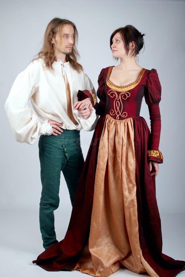 Pares bonitos de trajes medievais imagem de stock