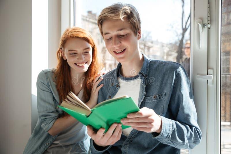 Pares bonitos del libro de lectura de los estudiantes fotografía de archivo
