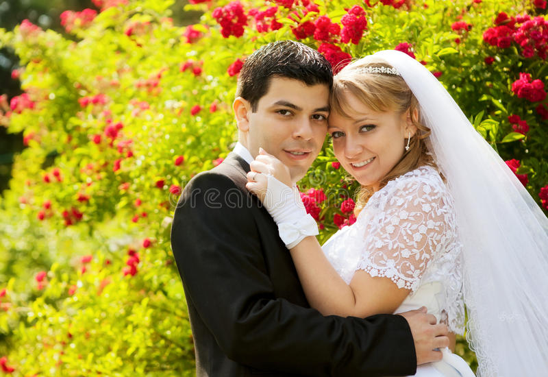 Pares bonitos do casamento fotos de stock