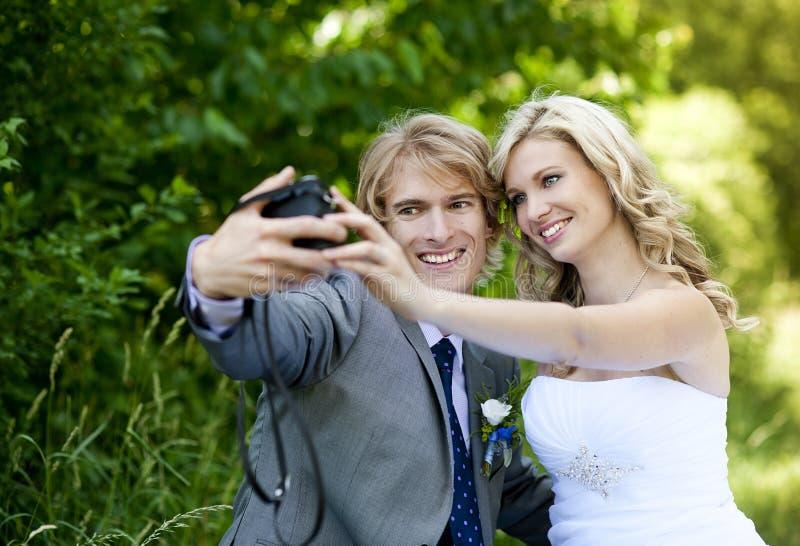 Pares bonitos do casamento foto de stock royalty free