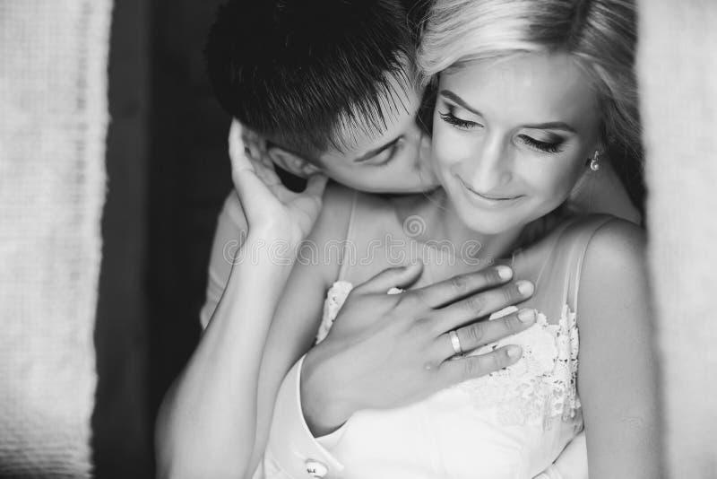 Pares bonitos do casamento na entrada fotografia de stock