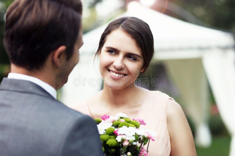 Pares bonitos do casamento que apreciam o casamento fotografia de stock