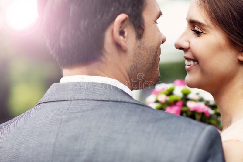 Pares bonitos do casamento que apreciam o casamento foto de stock