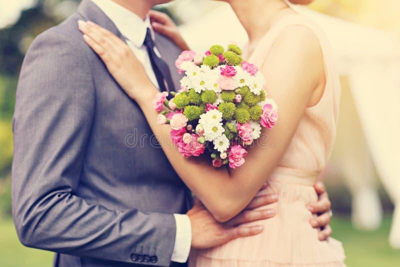 Pares bonitos do casamento que apreciam o casamento fotos de stock royalty free
