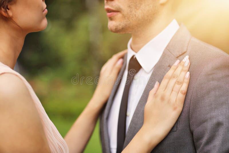 Pares bonitos do casamento que apreciam o casamento fotos de stock