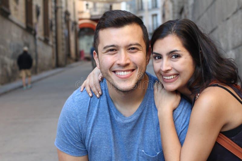Pares bonitos do latino que sorriem perto acima imagem de stock
