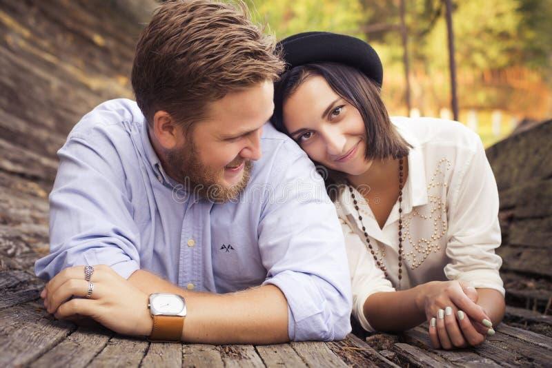 Pares bonitos do moderno no amor em uma data fora no havi do parque fotografia de stock