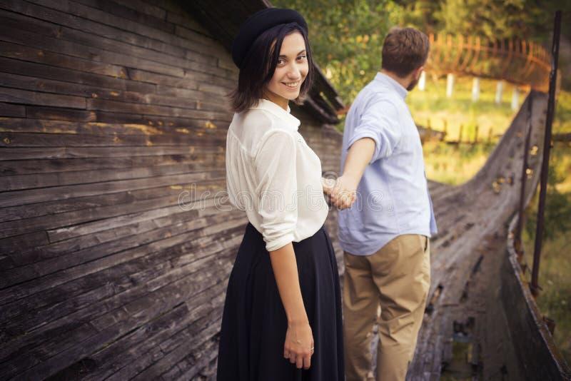 Pares bonitos do moderno no amor em uma data fora no havi do parque imagem de stock
