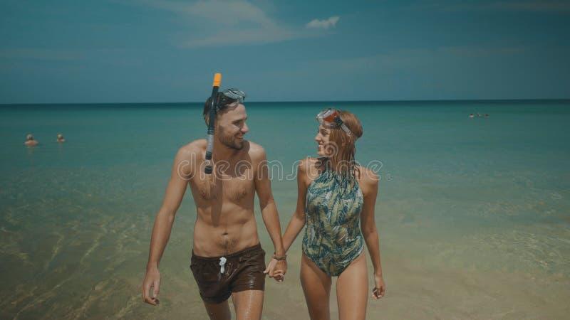 Pares bonitos durante férias de verão fotos de stock royalty free