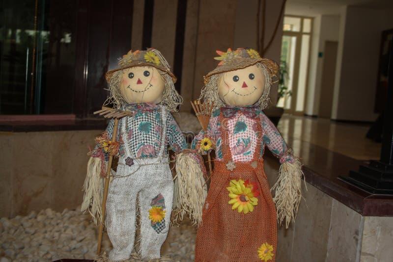 pares bonitos e bonitos de bonecas strawy fotos de stock royalty free