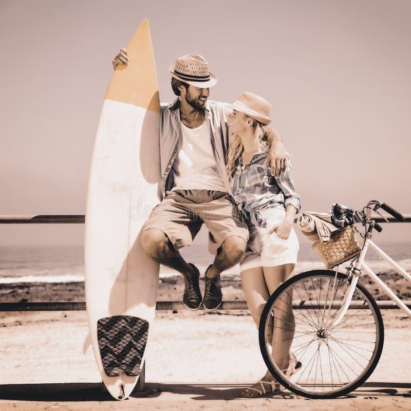 Pares bonitos em um passeio da bicicleta imagens de stock