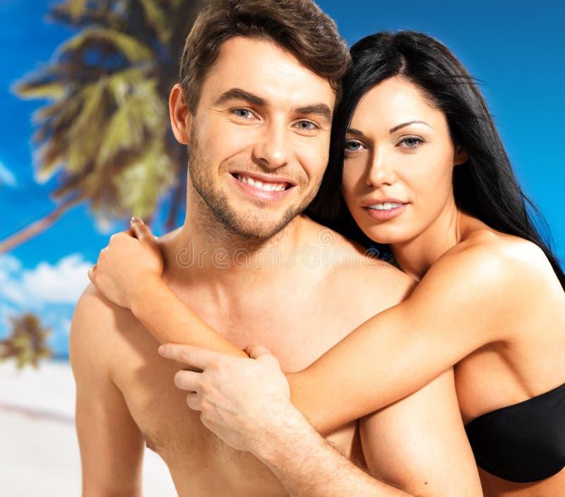 Pares bonitos felizes no amor na praia tropical imagens de stock royalty free
