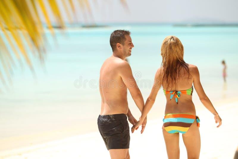 Pares bonitos felizes que apreciam na praia no dia ensolarado h de Maldivas foto de stock royalty free
