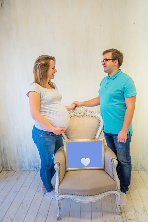 Pares bonitos: mulher gravida e homem foto de stock royalty free