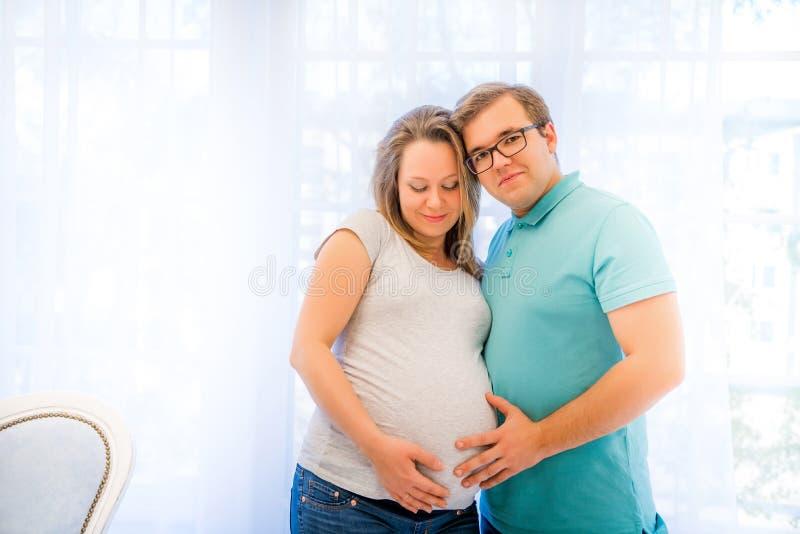Pares bonitos: mulher gravida e homem imagem de stock