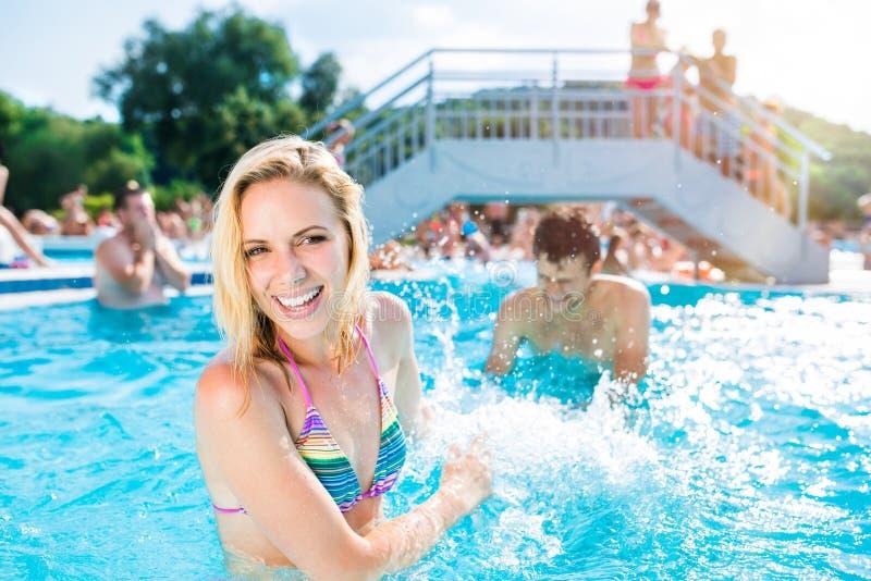 Pares bonitos na piscina imagem de stock