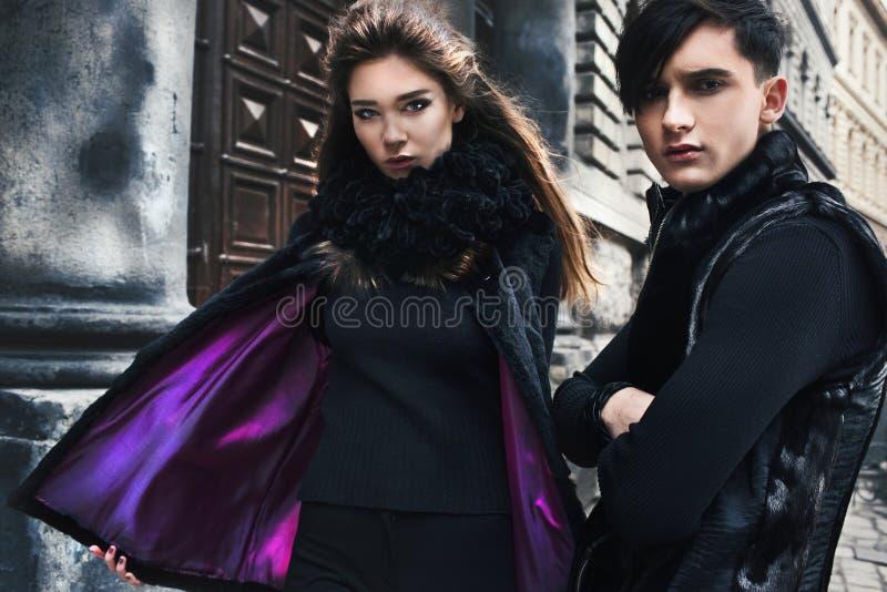 Pares bonitos na roupa moderna elegante na cidade velha imagem de stock royalty free