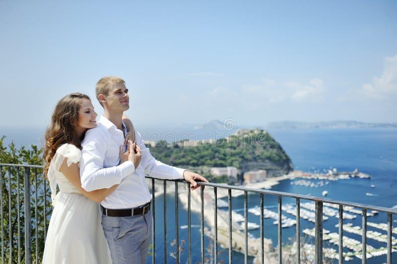 Pares bonitos no dia do casamento em Nápoles, Itália fotos de stock