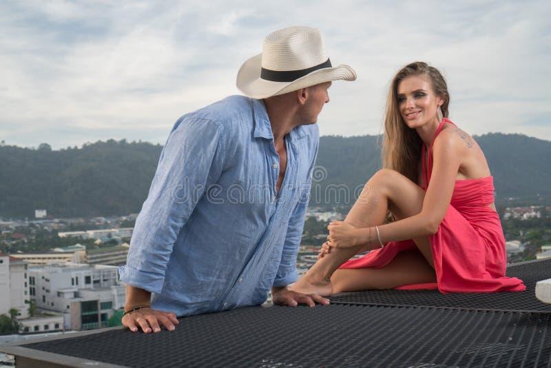 Pares bonitos no telhado imagem de stock royalty free