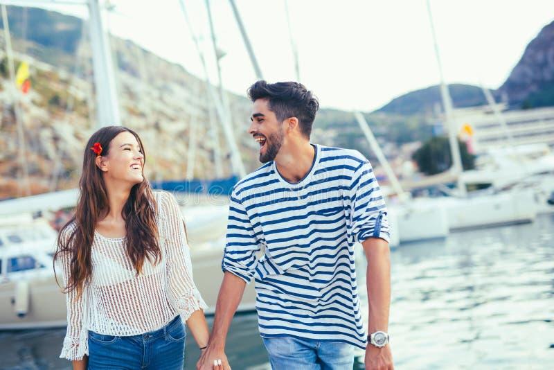 Pares bonitos novos do turista que apreciam férias de verão imagem de stock royalty free
