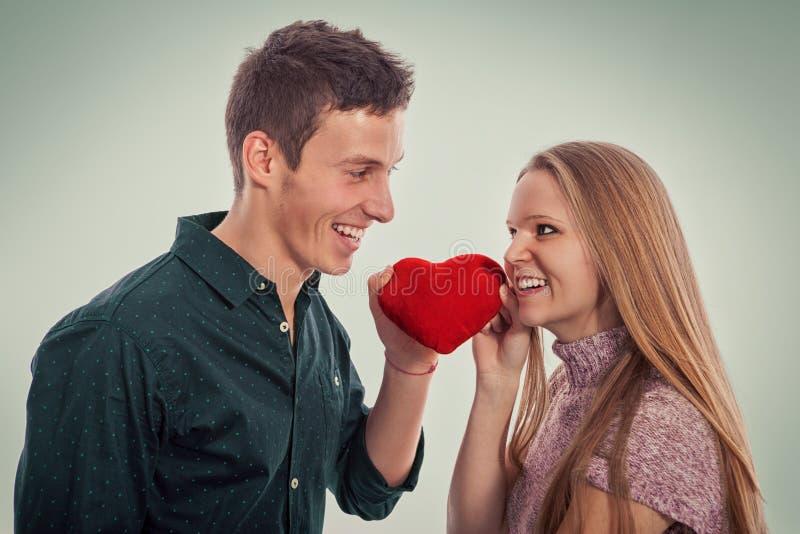 Pares bonitos novos no amor no dia de Valentim fotos de stock royalty free