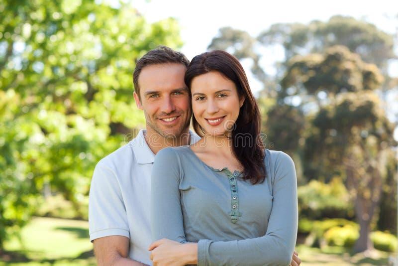 Pares bonitos que abraçam no parque fotografia de stock royalty free