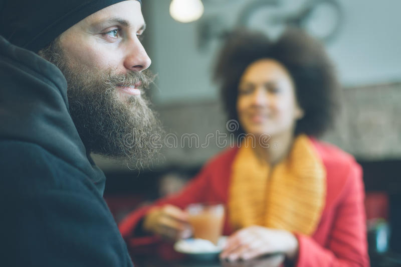 Pares bonitos que apreciam o chá em um restaurante imagens de stock