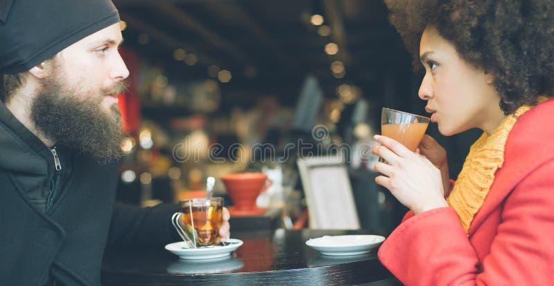 Pares bonitos que apreciam o chá em um restaurante imagem de stock royalty free