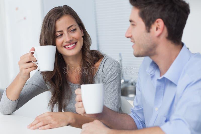 Pares bonitos que bebem uma xícara de café foto de stock