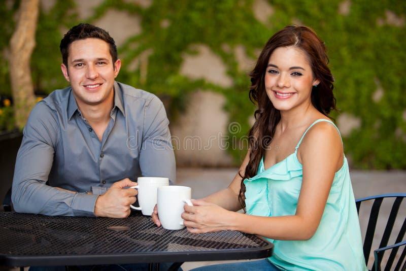 Pares bonitos que comem algum café imagens de stock