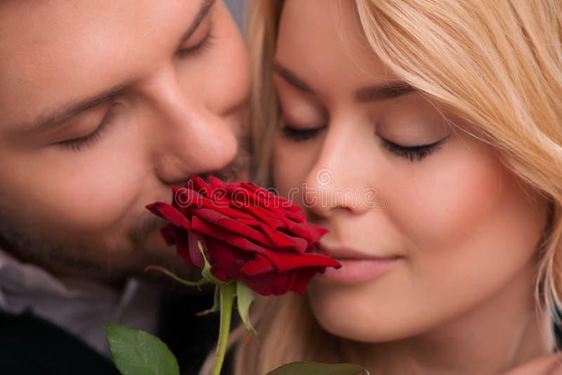 Pares bonitos que esperam St Valentine Day imagens de stock royalty free