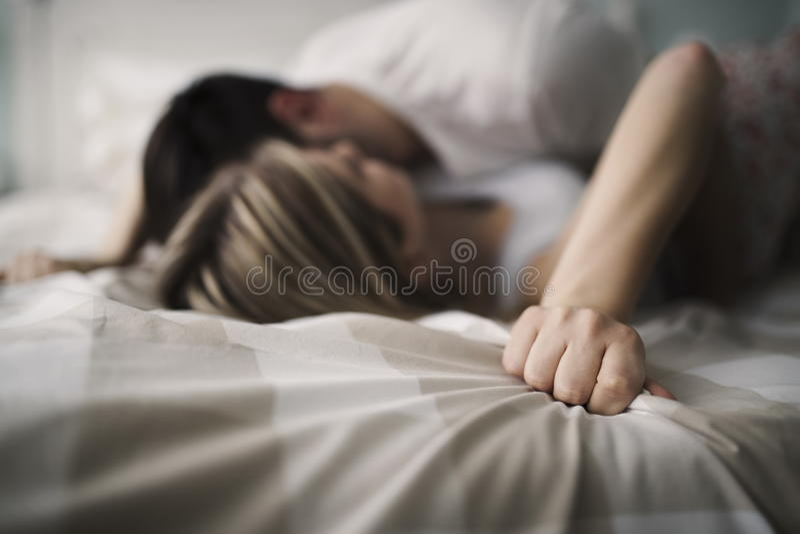 Pares bonitos que são românticos e apaixonado na cama fotos de stock