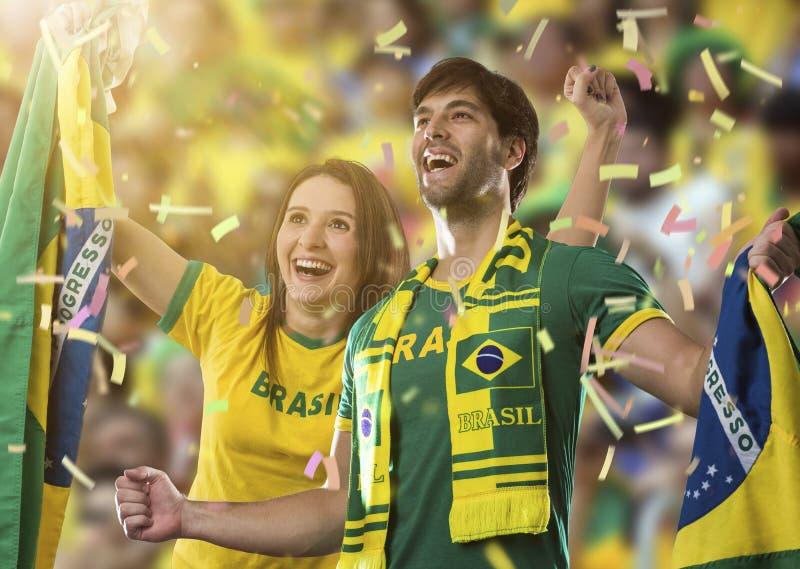 Pares brasileños que celebran en un estadio imagenes de archivo