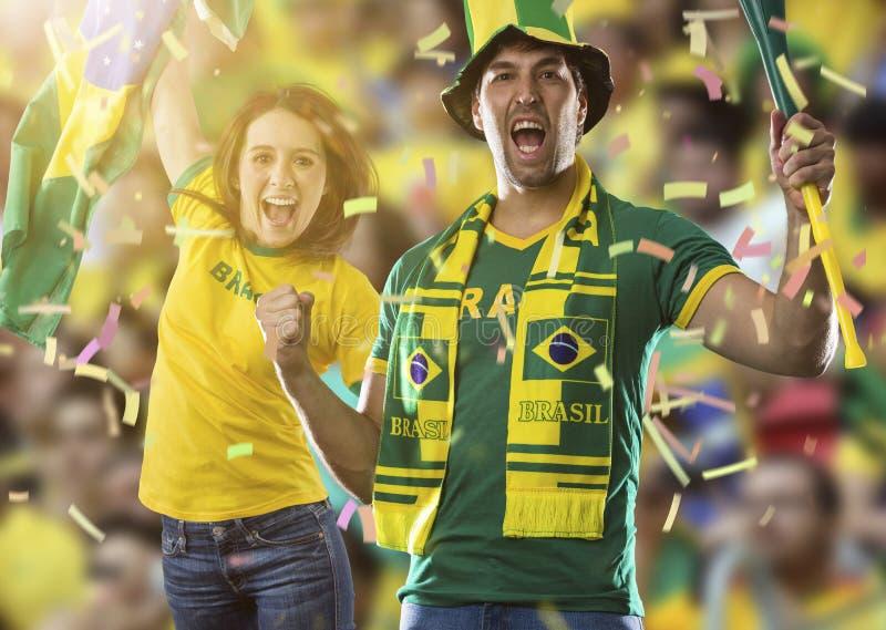 Pares brasileños que celebran en un estadio imagen de archivo libre de regalías