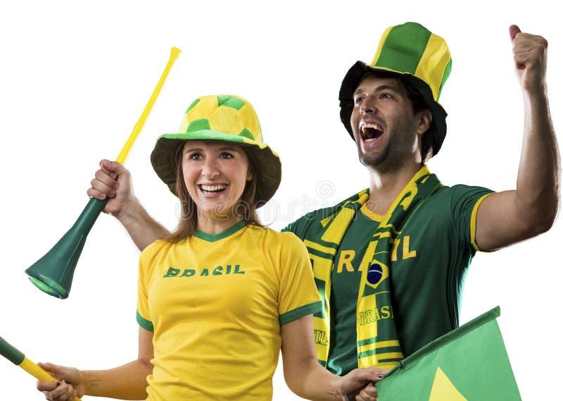 Pares brasileños que celebran en un fondo blanco imagen de archivo