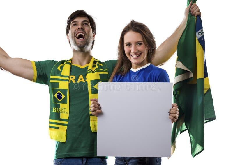 Pares brasileños que celebran en un fondo blanco fotografía de archivo
