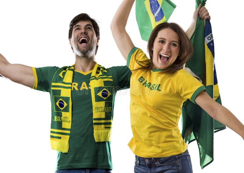Pares brasileños que celebran en un fondo blanco fotos de archivo