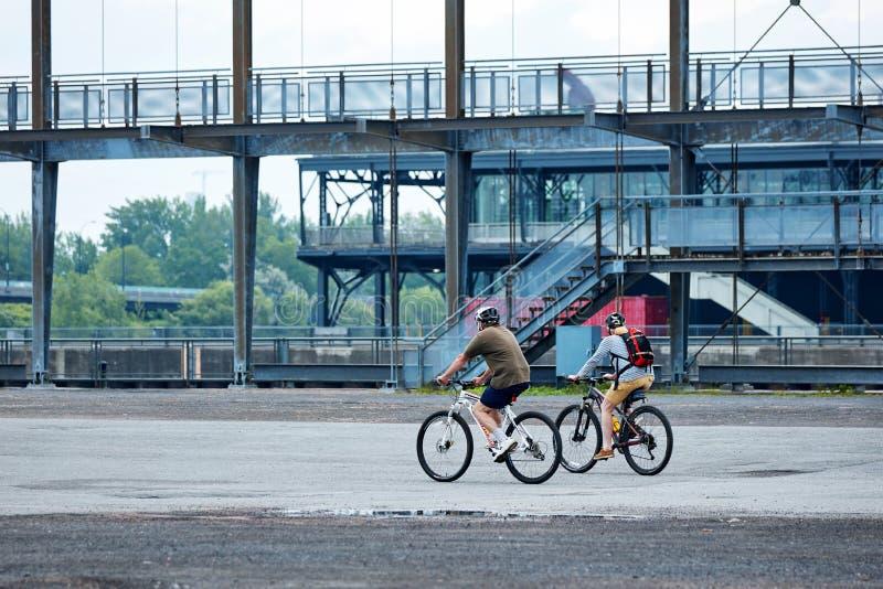 Pares canadienses que montan sus bicis en el puerto viejo, Montreal, Quebec, Canadá fotos de archivo libres de regalías