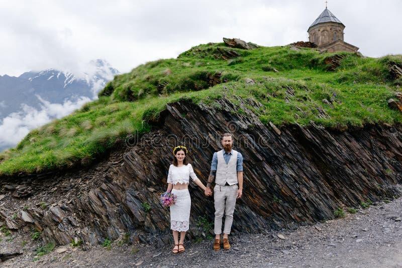 Pares cariñosos, casandose en Georgia fotos de archivo libres de regalías