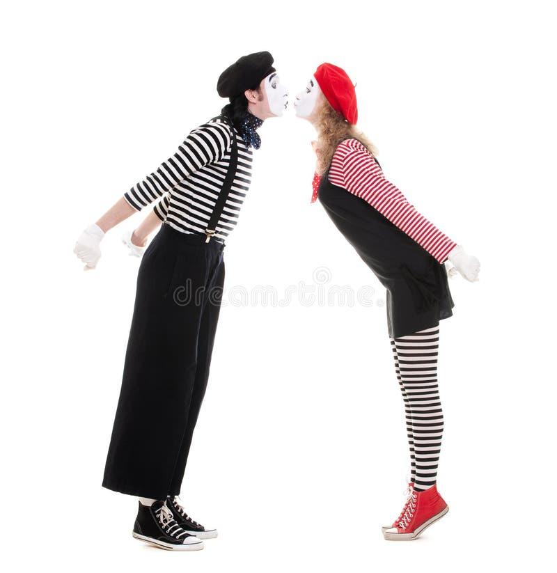 Pares cariñosos de besarse de los mimes fotos de archivo