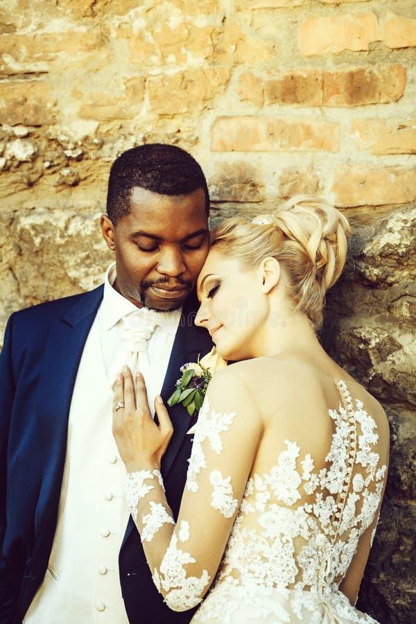 Pares cariñosos de la novia linda y del novio afroamericano fotografía de archivo libre de regalías