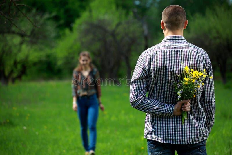 Pares cariñosos Dos amantes en naturaleza fotos de archivo libres de regalías